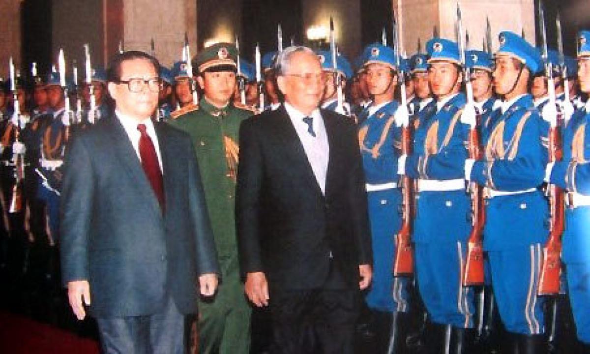 Ngày 9/11/1993 tại Đại lễ đường nhân dân Bắc Kinh, Chủ tịch nước Trung Quốc Giang Trạch Dân tổ chức lễ đón, chào mừng Chủ tịch nước Việt Nam Lê Đức Anh.
