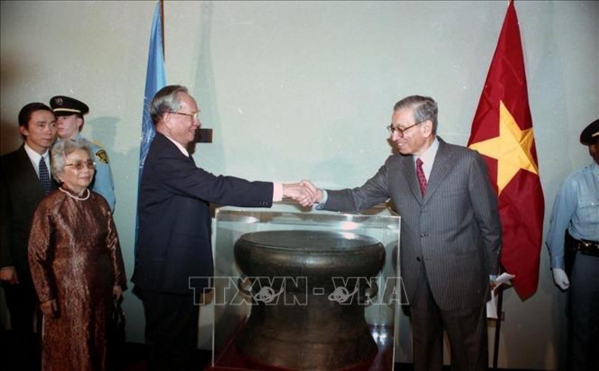 Chiều 25/10/1995, tại Trụ sở Liên hợp quốc ở New York (Hoa Kỳ), Chủ tịch nước Lê Đức Anh trao tặng phiên bản trống đồng Ngọc Lũ cho Tổng thư ký LHQ Boutros B. Ghali. Ảnh: Cao Phong/TTXVN.