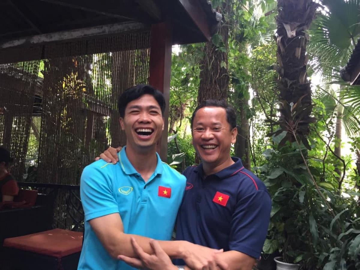 Công Phượng và trợ lý Lê Huy Khoa. (Ảnh: FBNV)