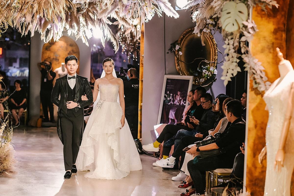 Với sự dàn dựng và đạo diễn catwalk của siêu mẫu Xuân Lan, show diễn có sự góp mặt của người mẫu Thanh Thảo giữ vài trò First Face, diễn cặp với Lâm Bảo Châu.