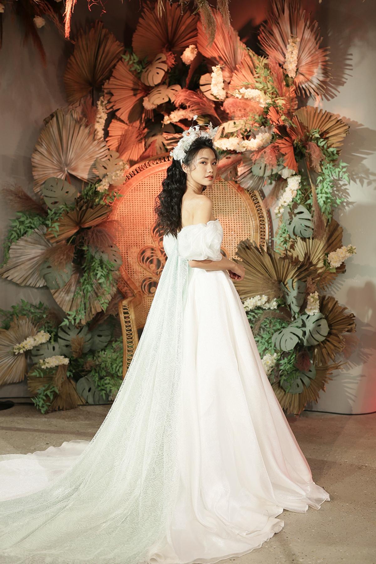 Trong đêm chung kết Hoa hậu Việt Nam 2020, Doãn Hải My còn gây chú ý bởi được cầu thủ Đoàn Văn Hậu đến ủng hộ và tặng hoa.