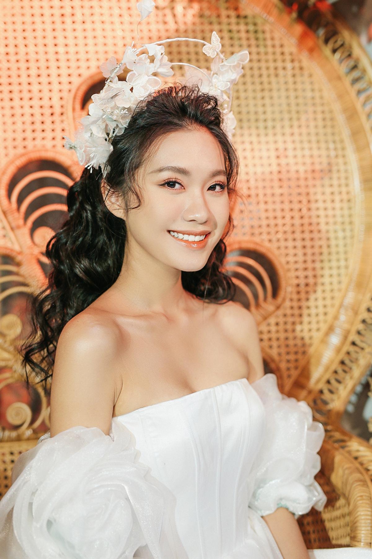 Top 10 Hoa hậu Việt Nam - Doãn Hải My giữ vai trò vedette và nhận được những tràng vỗ tay ủng hộ không ngớt của khách mời.