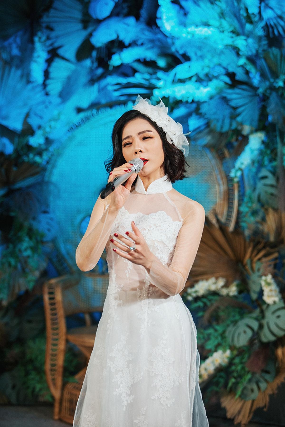 Xuất hiện tại một sự kiện thời trang diễn ra tối 28/11 tại Hà Nội, nữ ca sĩ Lệ Quyên thu hút sự chú ý khi diện chiếc váy cưới trắng muốt.