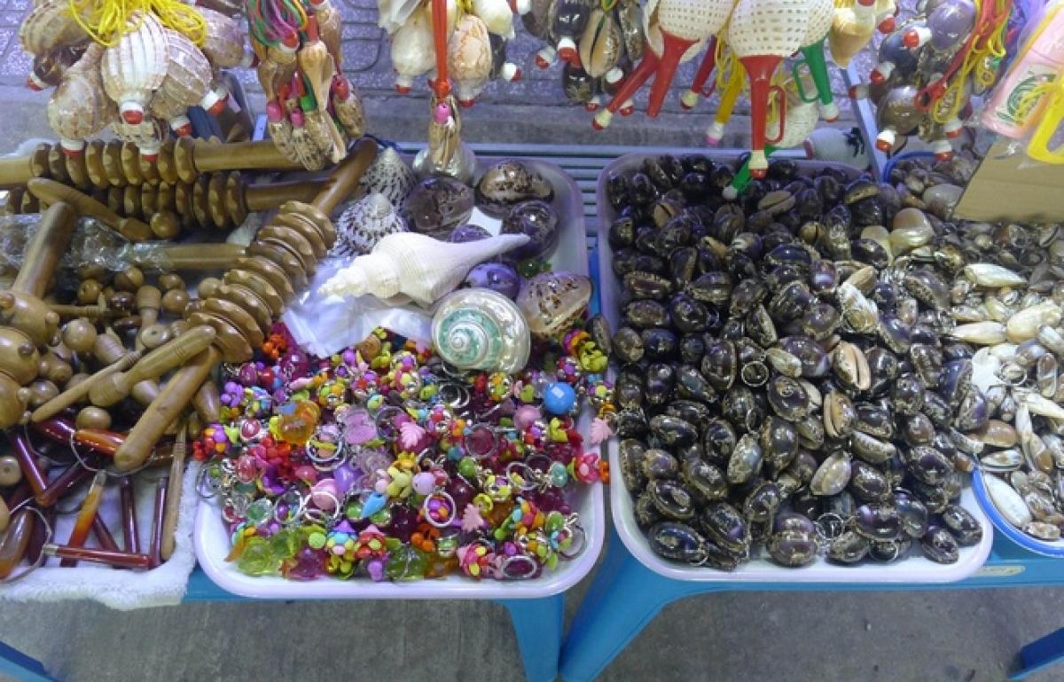 Các mặt hàng lưu niệm tại chợ đêm Phú Quốc.