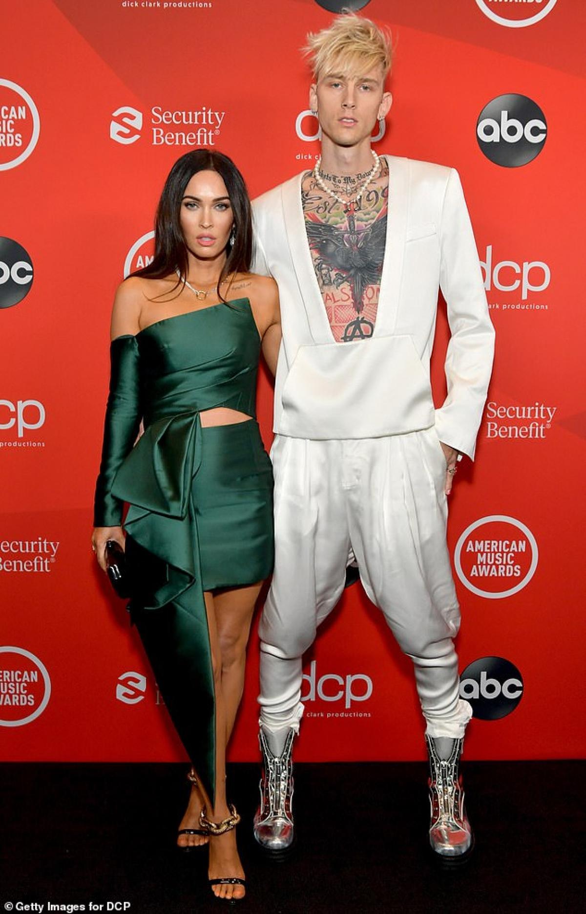Megan Fox và bạn trai kém 4 tuổi Machine Gun Kelly sánh đôi tình cảm tới dự lễ trao giải American Music Awards tối 22/11 ở Mỹ.