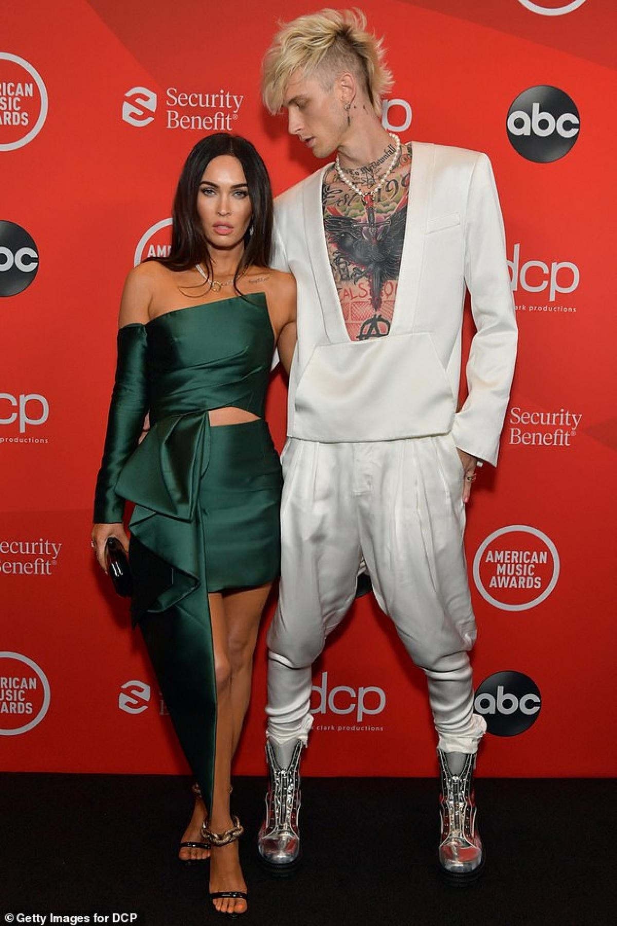 Trong khi đó, nam rapper Machine Gun Kelly lại diện vest trắng khoe loạt hình xăm khủng trên cơ thể.