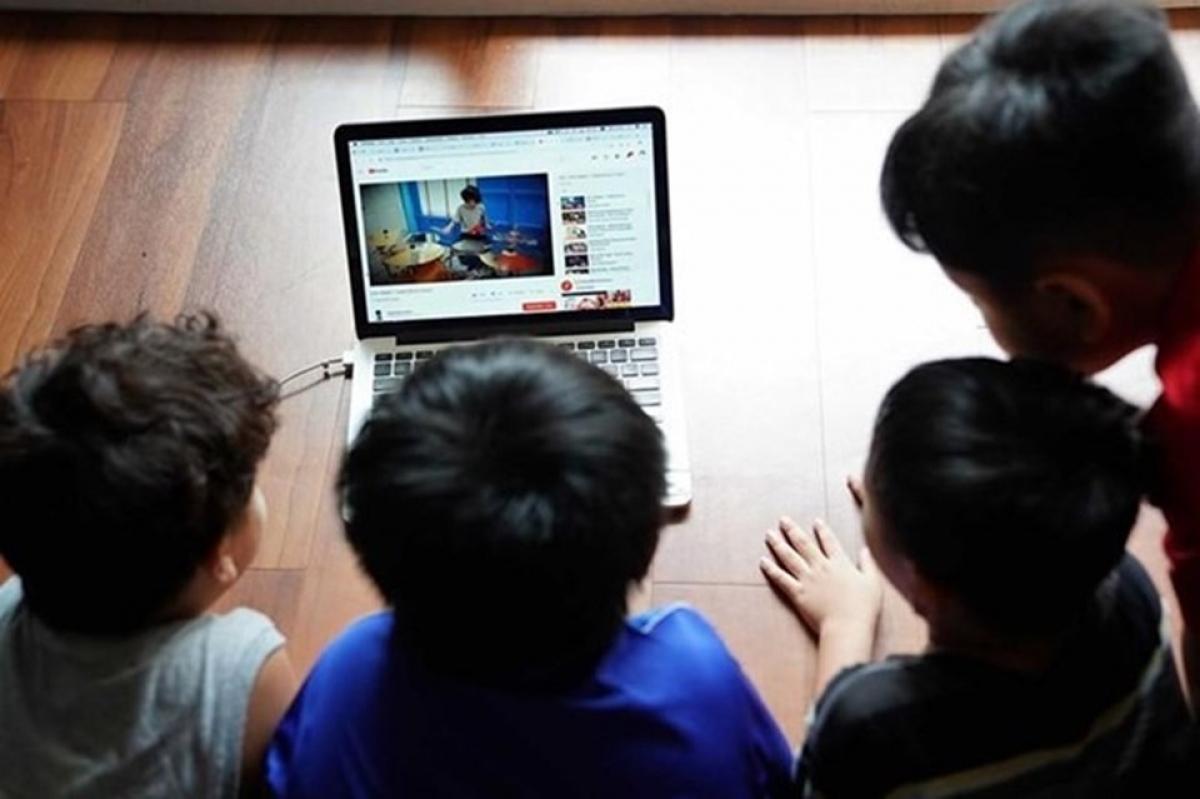 Bên cạnh những lợi ích, trẻ em cũng phải đối mặt với những nguy hiểm khi tham gia vào môi trường mạng. (Ảnh minh họa, nguồn: KT)