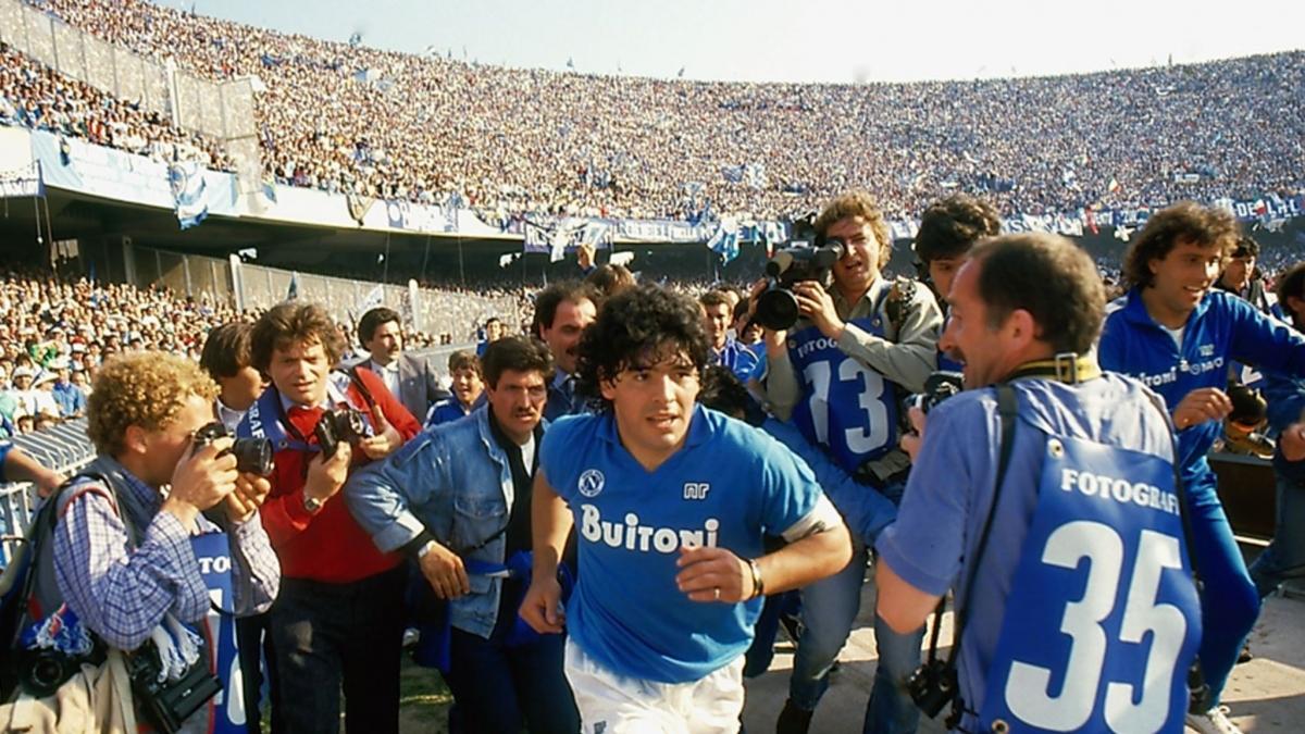 Maradona là người hùng của Napoli. (Ảnh: Sky Sports)