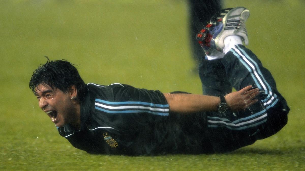 Màn trượt cỏ đầy cảm xúc của Maradona. (Ảnh: Getty)
