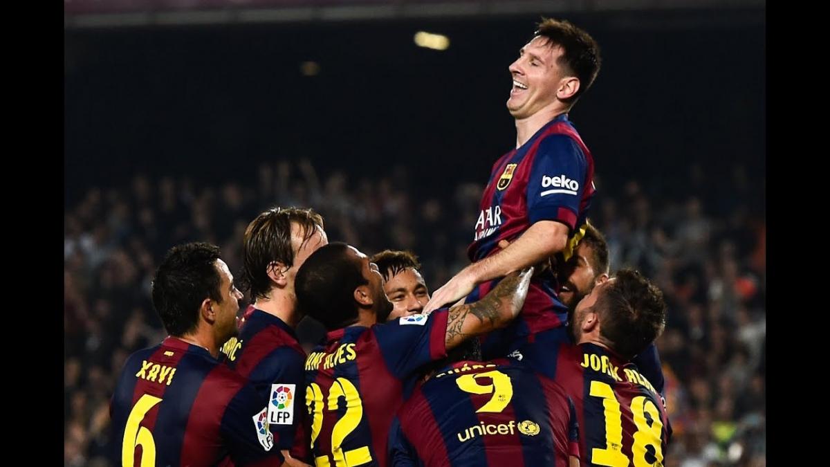 Messi được các đồng đội chúc mừng sau khi chính thức trở thành chân sút số 1 lịch sử La Liga cách đây 6 năm. (Ảnh: Getty).