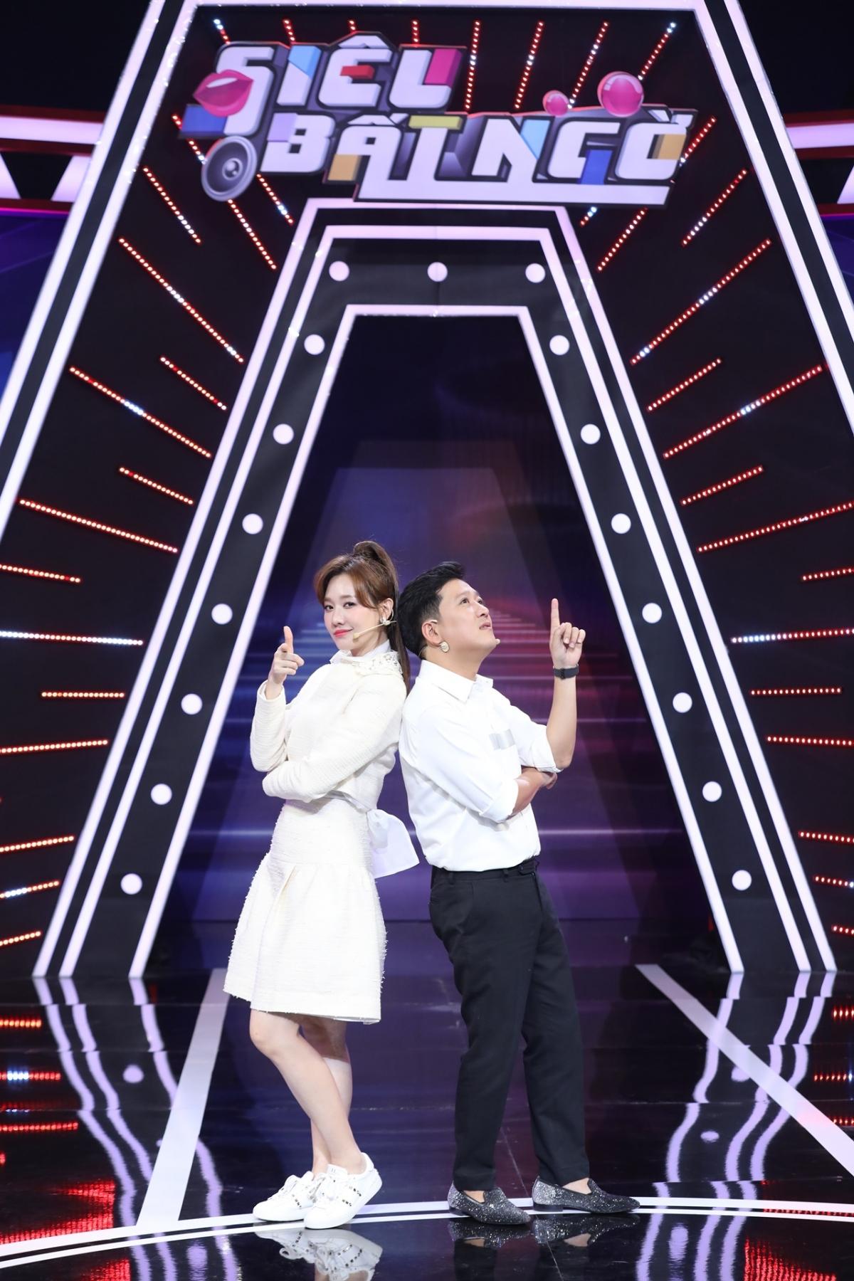"""Trường Giang và Hari Won sẽ giữ vai trò MC, dẫn dắt """"Siêu bất ngờ"""" mùa 5."""