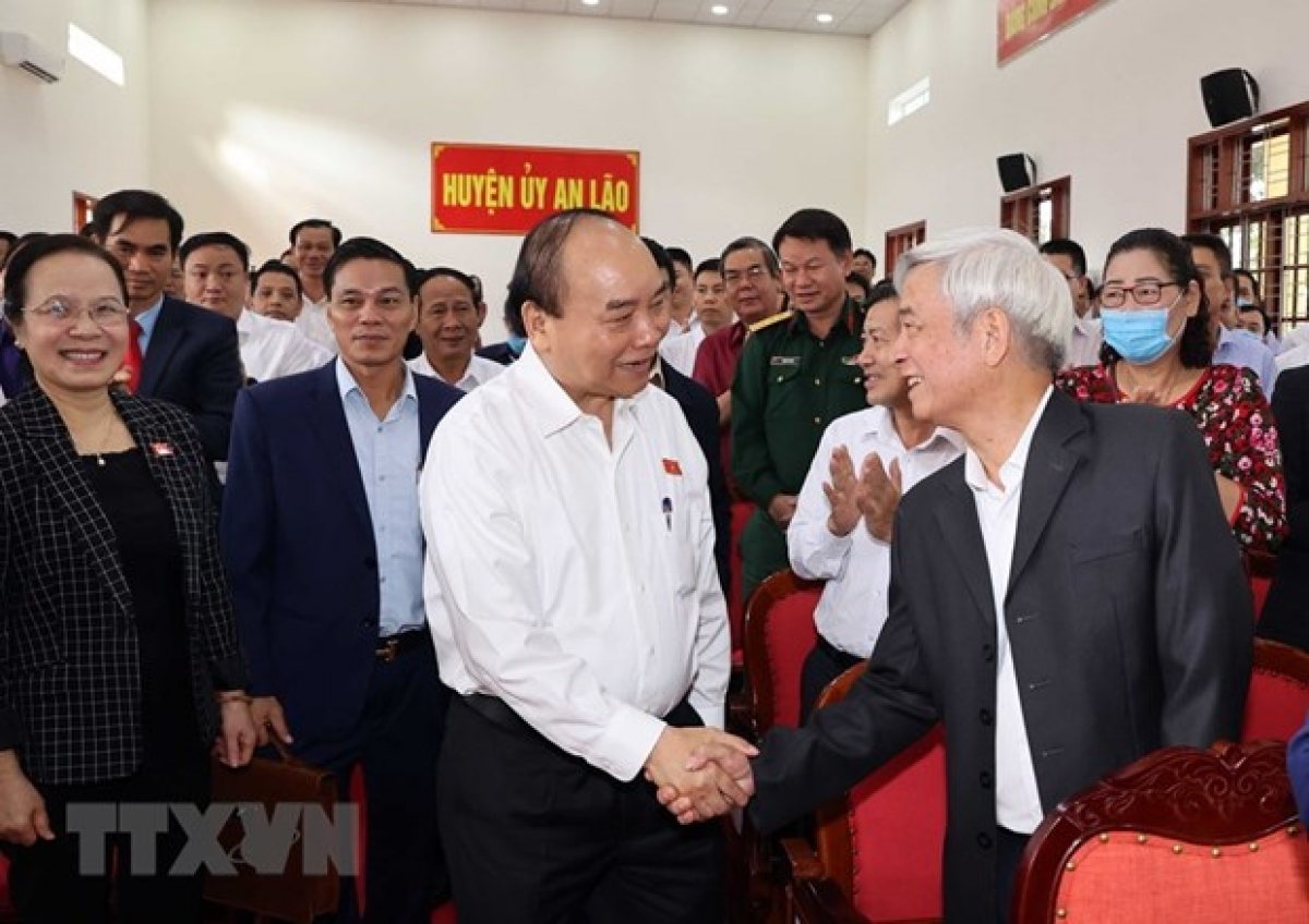 Prime Minister Nguyen Xuan Phuc meets with voters in An Lao district, the northern port city of Hai Phong, on November 21. (Photo: VNA)