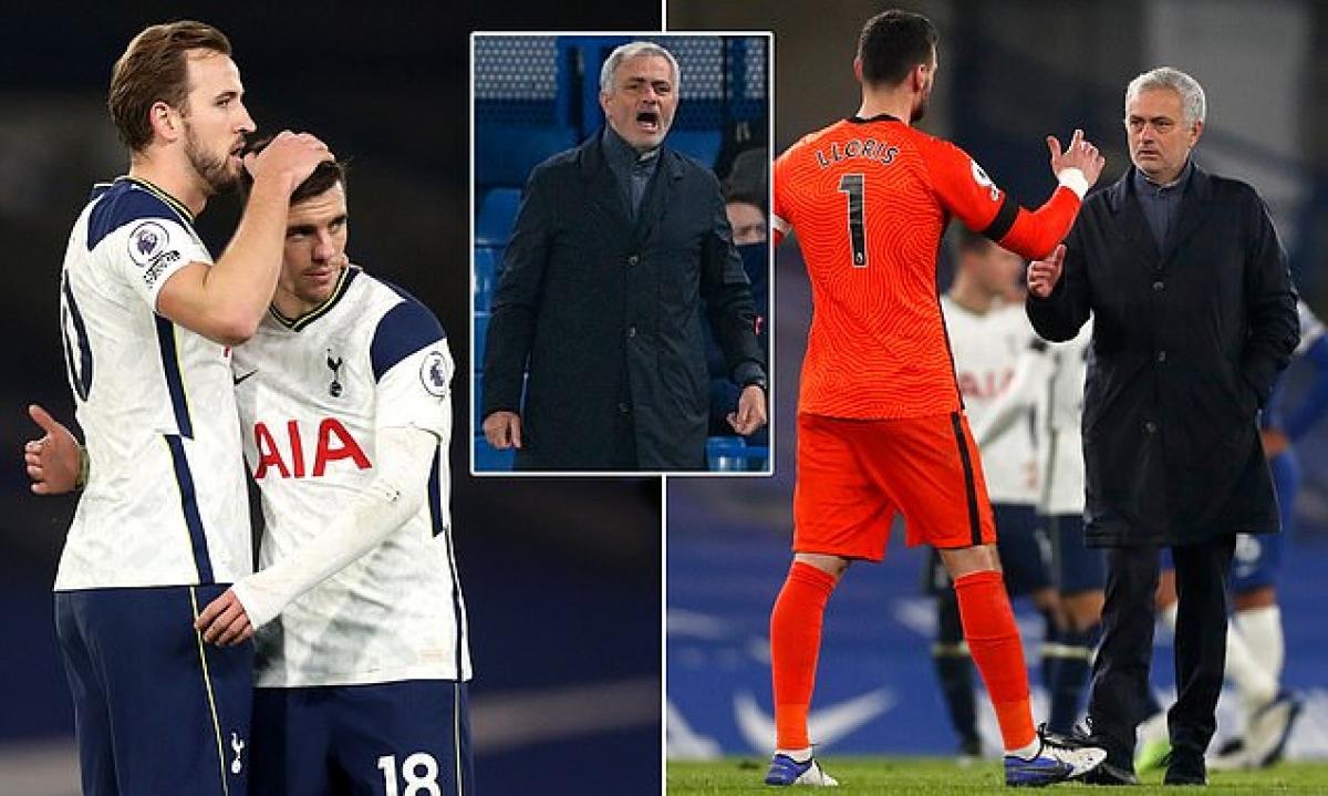 Thầy trò Jose Mourinho đang dẫn đầu Premier League. (Ảnh: Daily Mail)
