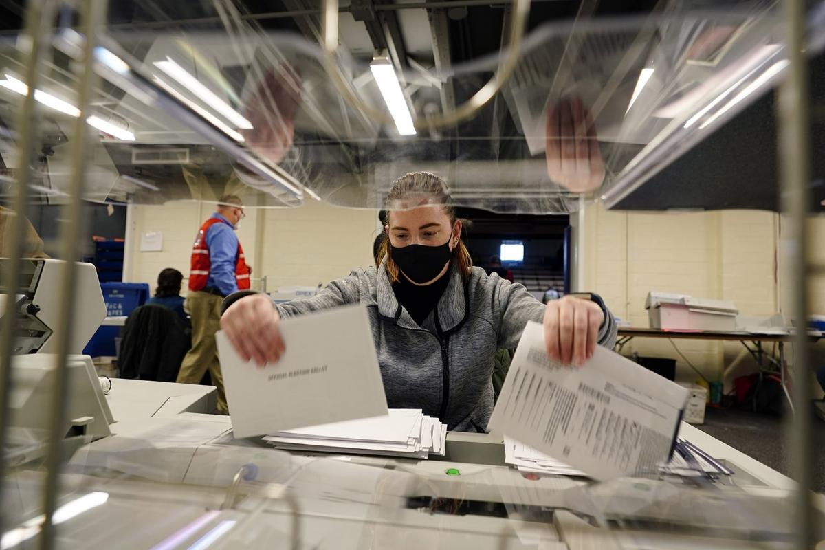 Công tác kiểm phiếu bầu qua thư ở Pennsylvania. Ảnh: AP.