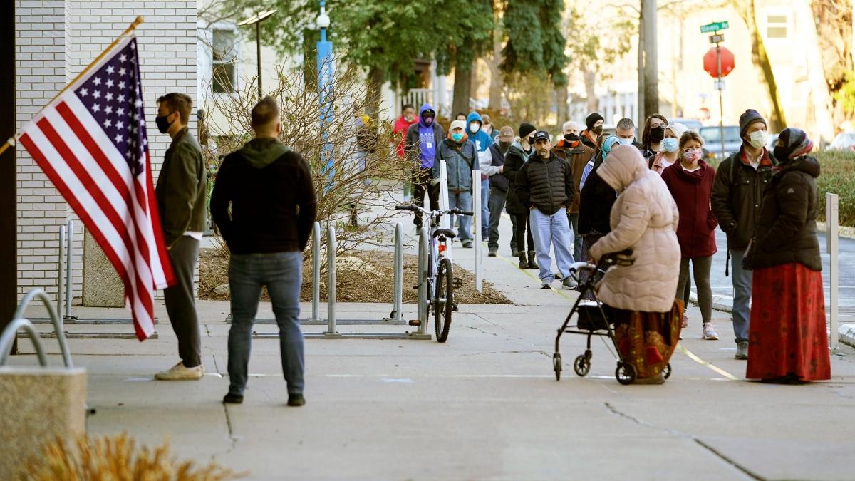 Bên ngoài một điểm bỏ phiếu ởMinnesota. Ảnh: AP.