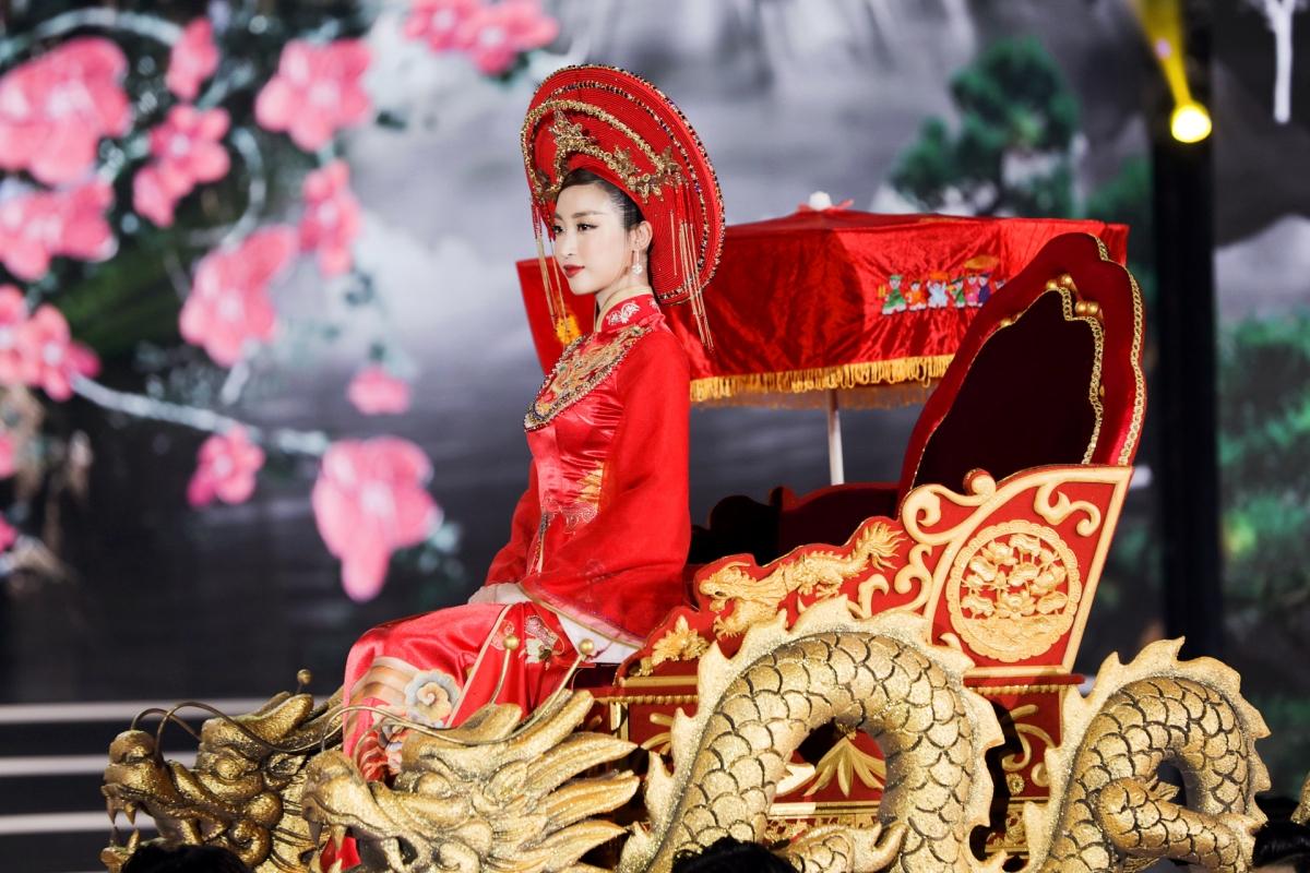 Hình ảnh trên áo dài của Hoa hậu Đỗ Mỹ Linh lại là họa tiết Cửu Đỉnh Huế từ NTK Trần Thiện Khánh.