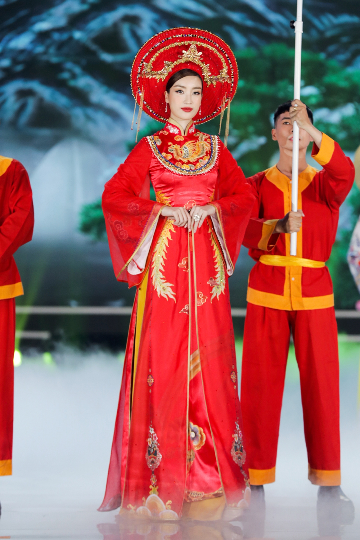 """2016 đánh dấu nền du lịch Việt Nam đạt kỷ lục đón 10 triệu lượt du khách quốc tế. """"Thực hành tín ngưỡng thờ Mẫu tam phủ của người Việt"""" cũng được công nhận là Di sản Văn hóa Phi vật thể đại diện của nhân loại vào năm Mỹ Linh đăng quang."""
