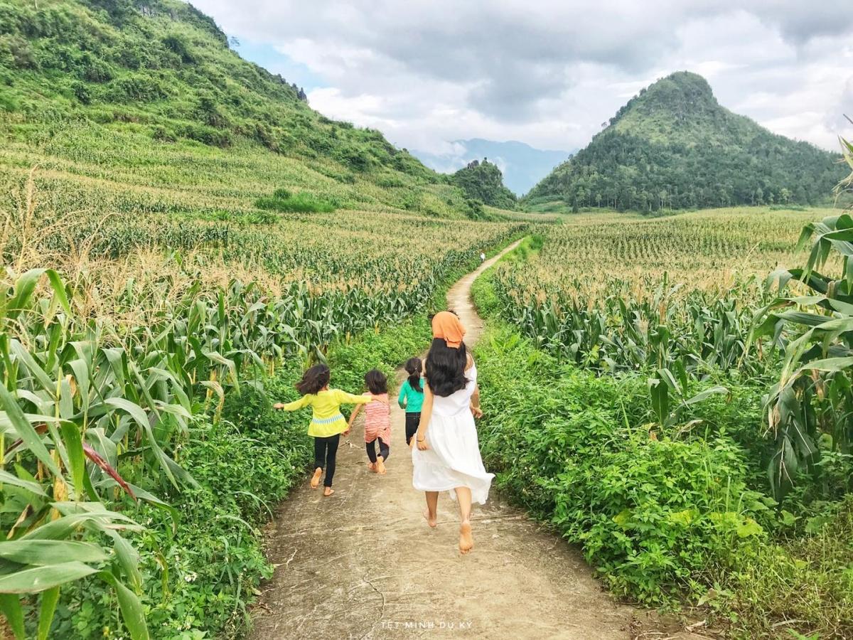 Vui chơi cùng trẻ em bản địa