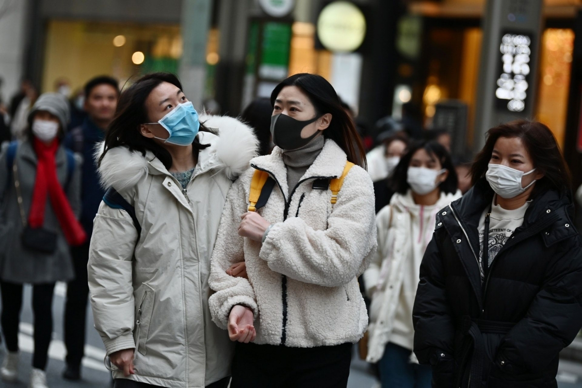 Người dân đeo khẩu trang để phòng tránh lây nhiễm Covid-19 tại Tokyo, Nhật Bản. (Nguồn: AFP)