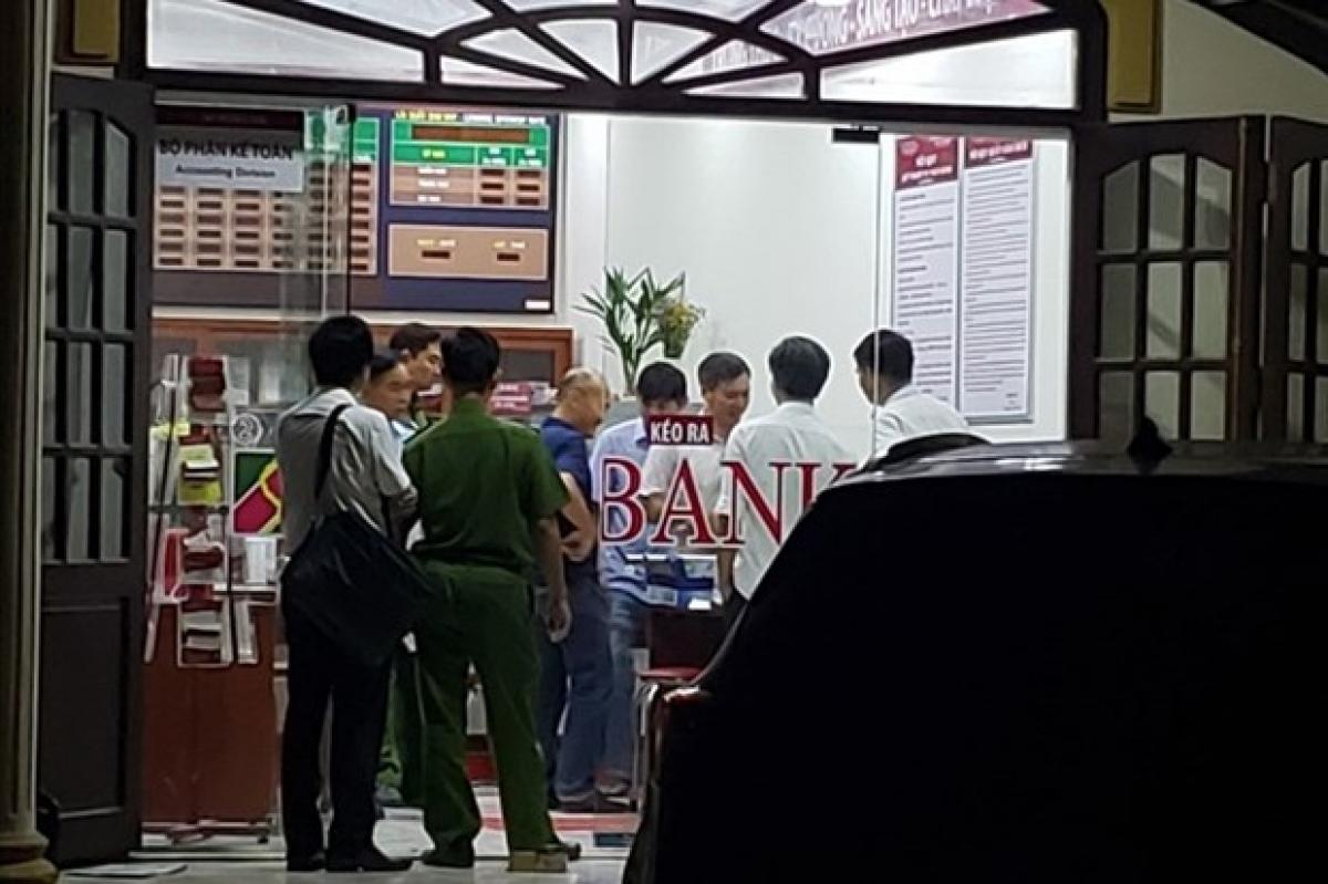Công an điều tra, khám nghiệm hiện trường vụ cướp ngân hàng Argibank chi nhánh Bắc Đồng Nai. (Nguồn: laodong.vn)