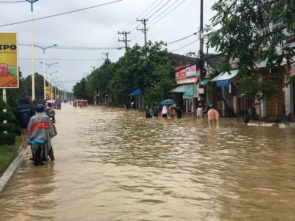 Đường 23 tháng 10 cửa ngõ phía Tây Nha Trang bị ngập.