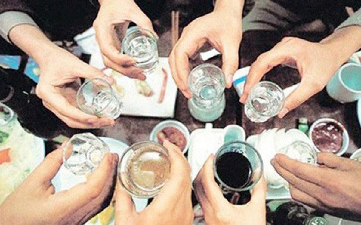 Cảnh giác và kiểm tra ngộ độc methanol với tất cả các trường hợp uống loại rượu trên trong vòng 8 ngày (ảnh minh họa).