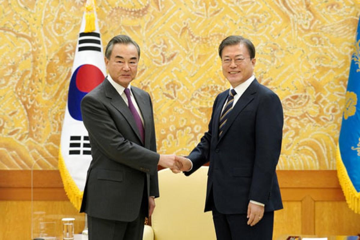 Ngoại trưởng Trung Quốc Vương Nghị hội kiến Tổng thống Hàn Quốc Moon Jae In. Nguồn Bộ Ngoại giao Trung Quốc.