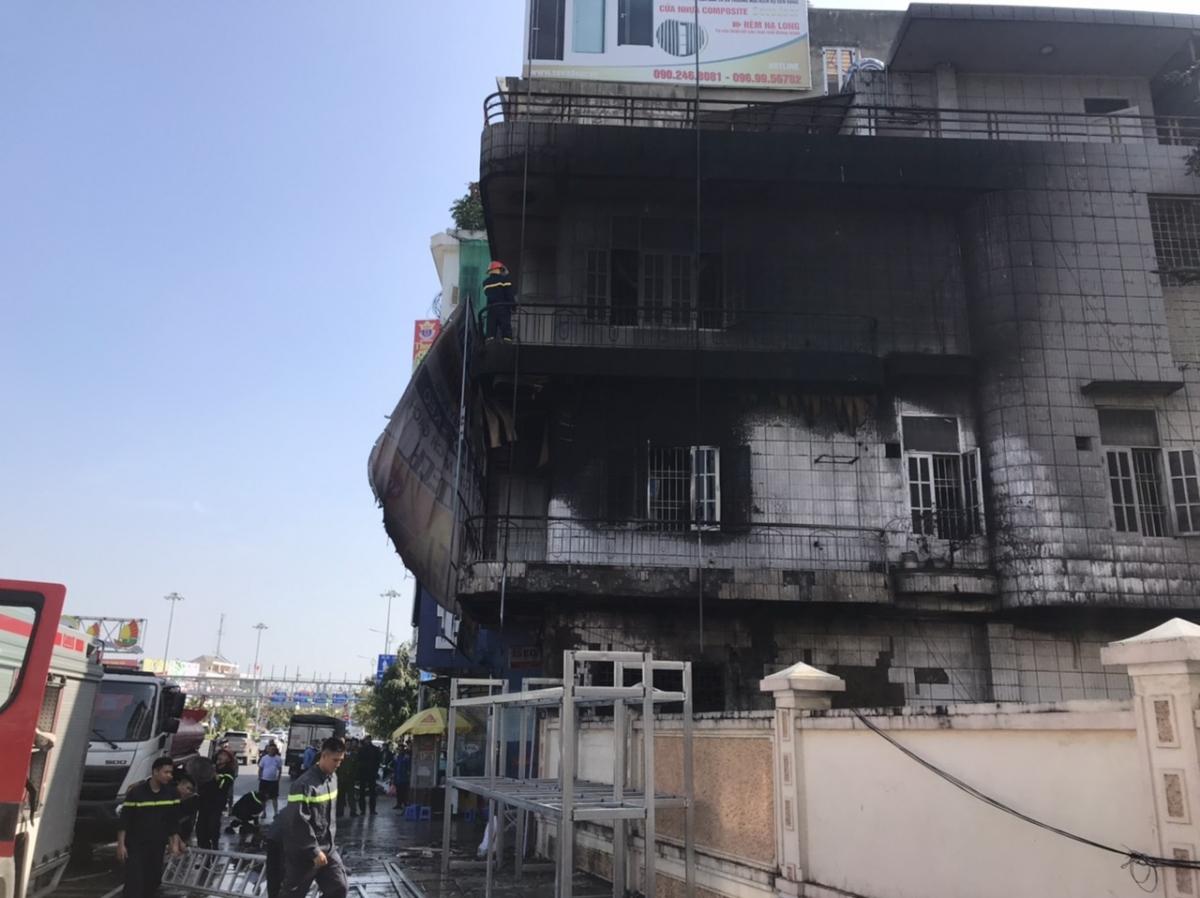 Căn nhà 3 tầng gặp hỏa hoạn.