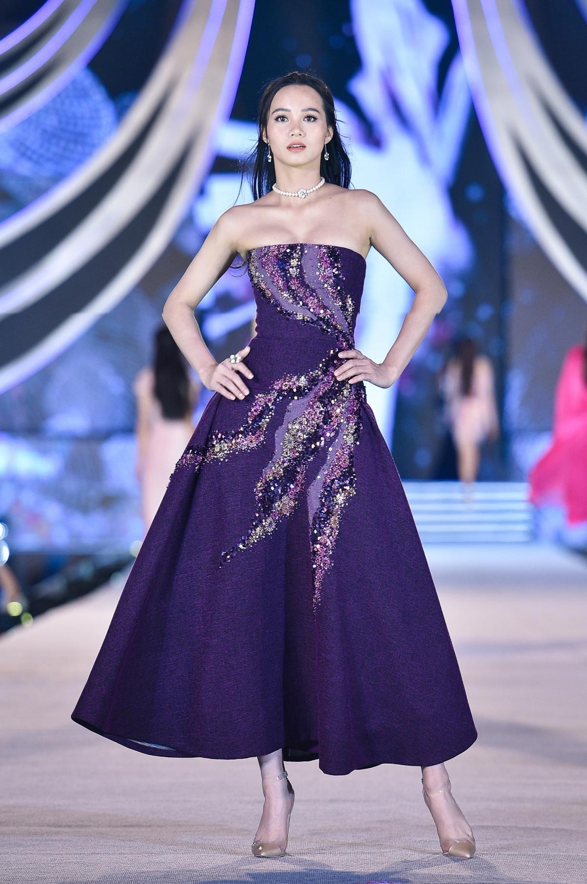 Có thể thấy, mỗi bộ trang phục trong BST là một sắc màu cá tính riêng biệt, hầu như không hề có sự trùng lặp nào trong chất liệu vải hay các chi tiết hoa văn điểm xuyến.