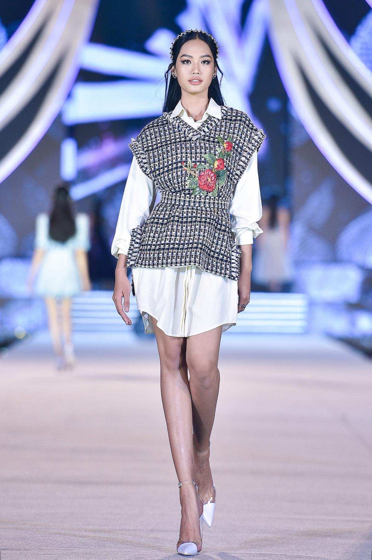Với những thiết kế đặc sắc được trình diễn trong đêm nay, NTK Lê Thanh Hòa đang dần xóa đi ranh giới giữa những thiết kế thời trang có tính nghệ thuật cao và những thiết kế thời trang mang tính ứng dụng cao.
