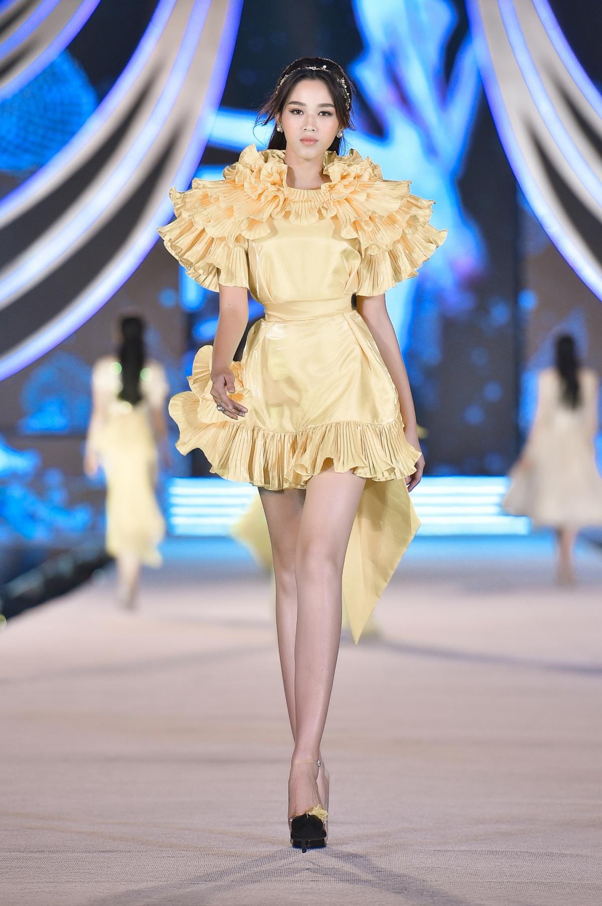 """Cùng với BST """"POISON"""", Top 35 thí sinh Hoa hậu Việt Nam đã có một màn trình diễn không thể hoàn hảo hơn với những bước đi đột phá và những màn catwalk thần thái."""