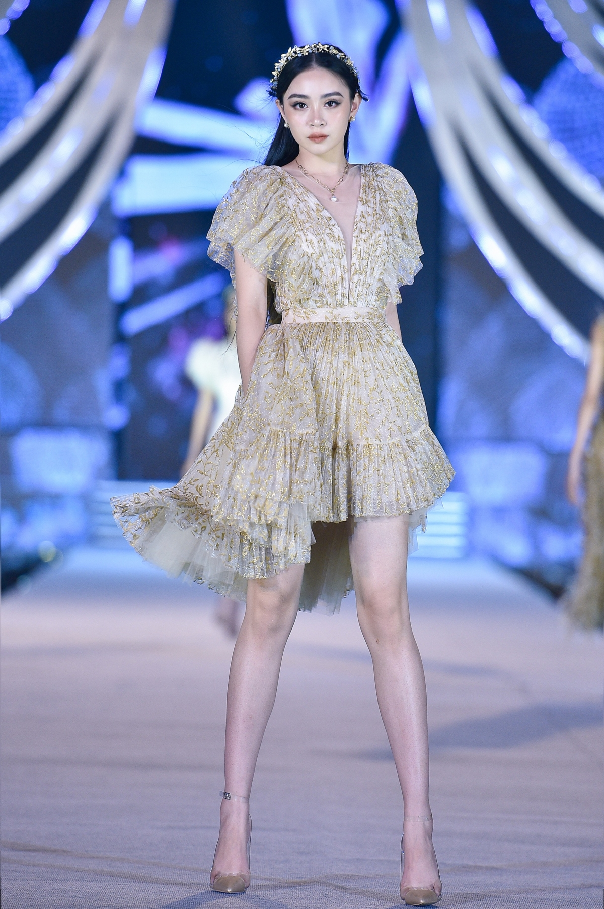 """Chính bởi sự tận tâm này, NTK Lê Thanh Hòa luôn được ưu ái biết đến với cái tên """"Nhà thiết kế cho Hoa hậu"""", những thiết kế mang tính ứng dụng cao của anh luôn được các Hoa hậu chọn lựa cho các sự kiện lớn nhỏ khác nhau."""
