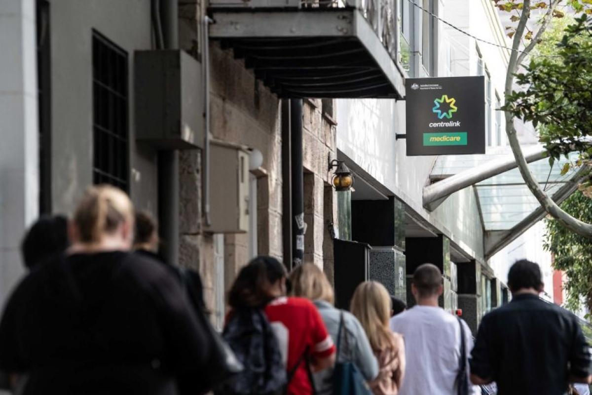 Người lao động chờ làm thủ tục nhận trợ cấp thất nghiệp do tác động của đại dịch Covid-19 tại Australia. (Ảnh: James Gourley)