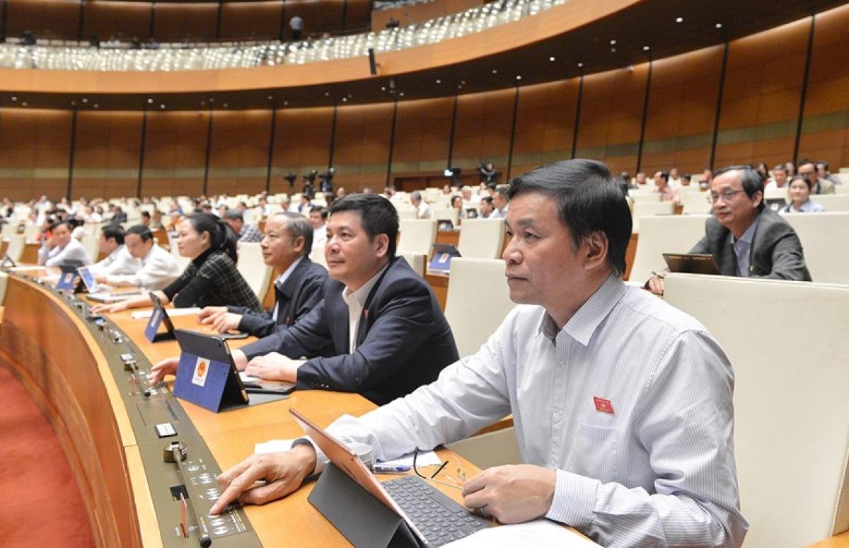 Đại biểu Quốc hội ấn nút biểu quyết trên Hội trường. Ảnh: Quốc hội