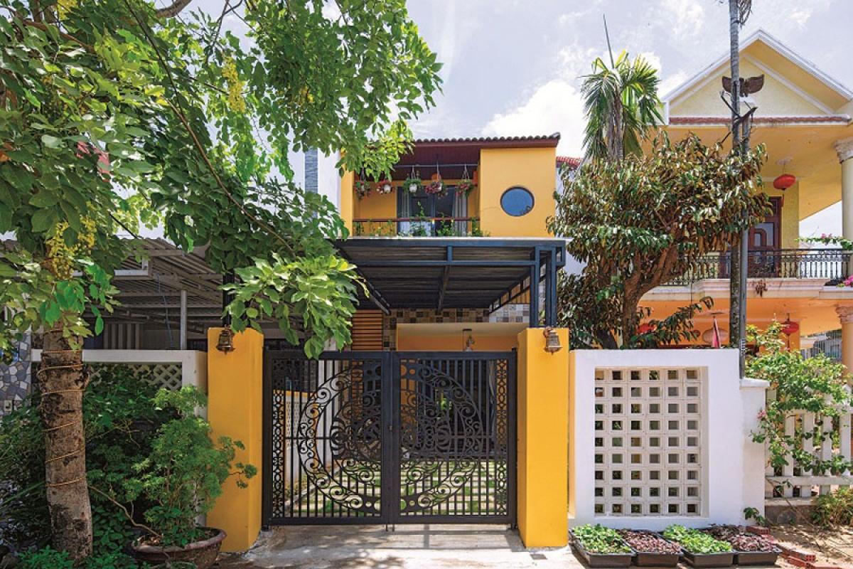 Ngôi nhà nằm ở thành phố Hội An, tỉnh Quảng Nam; nguyên là một ngôi nhà cũ với nhiều nhược điểm. Chủ nhà đã quyết định cải tạo lại để có một không gian sống tốt hơn; và yêu cầu với kiến trúc sư là công trình phải có tinh thần, hơi thở riêng biệt của Hội An.