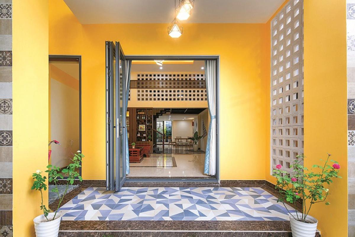 Kiến trúc sư đã lấy cảm hứng từ những ngôi nhà ống trong phố cổ Hội An làm tư tưởng chủ đạo cho thiết kế. Đó là công trình có nhiều lớp không gian và đặc biệt màu tường vàng điển hình của nhà phố cổ.