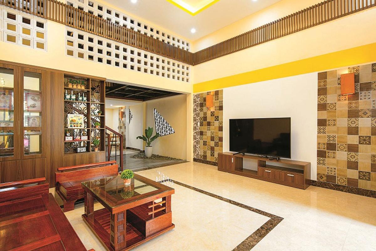 """Màu vàng """"kinh điển"""" được nhắc lại ở cả trong nội thất. Tuy nhiên, những chi tiết, màu sắc, vật liệu mang chất phổ cổ được sử dụng rất khéo léo và hợp lý; để vẫn giữ hồn phố cổ song phù hợp với một không gian sống hiện đại và tiện nghi."""