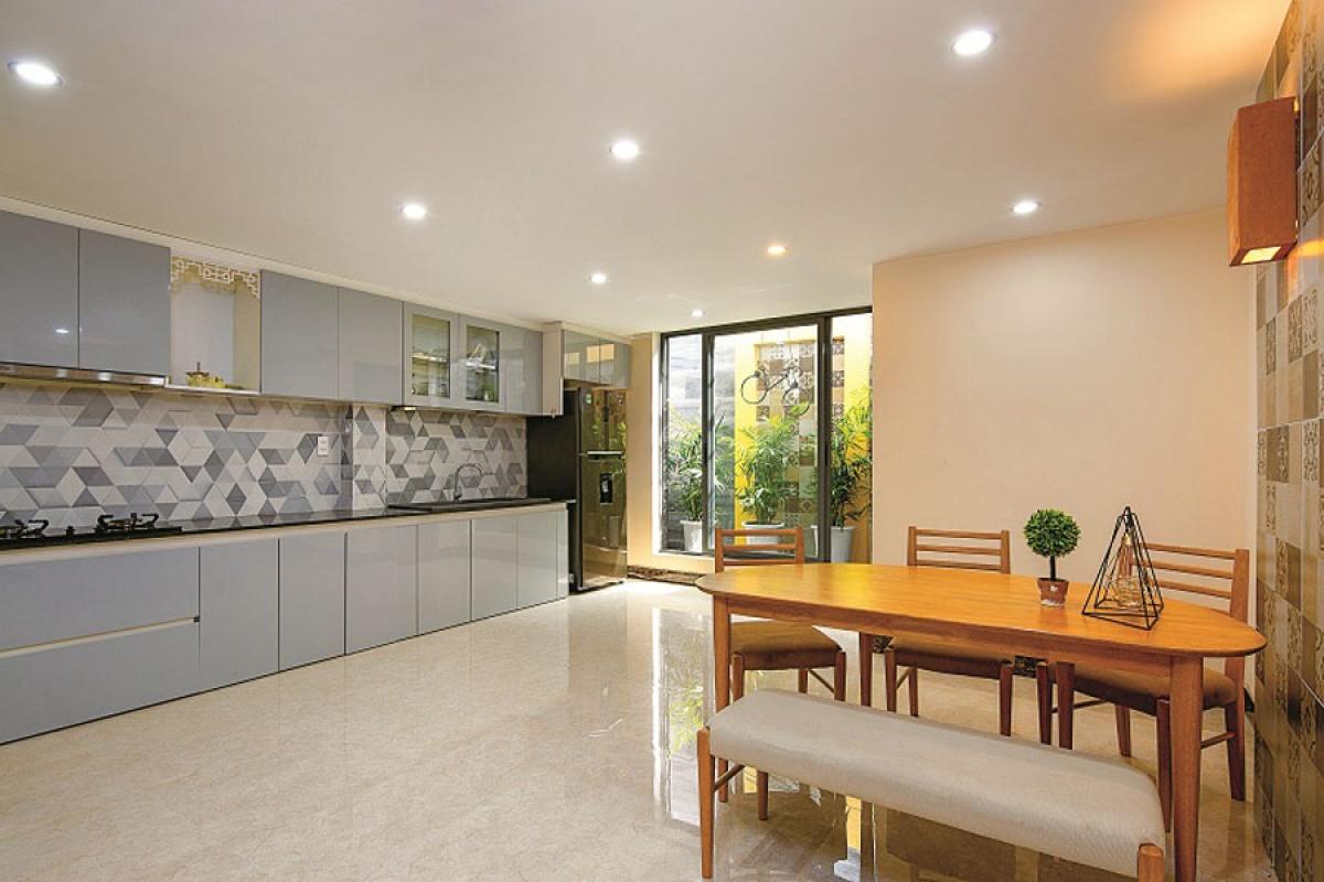 Yếu tố thông thoáng và chiếu sáng được ưu tiên; các không gian đều rộng mở. Đồ nội thất mang phong cách hiện đại nhưng vẫn hài hòa trong tổng thể.