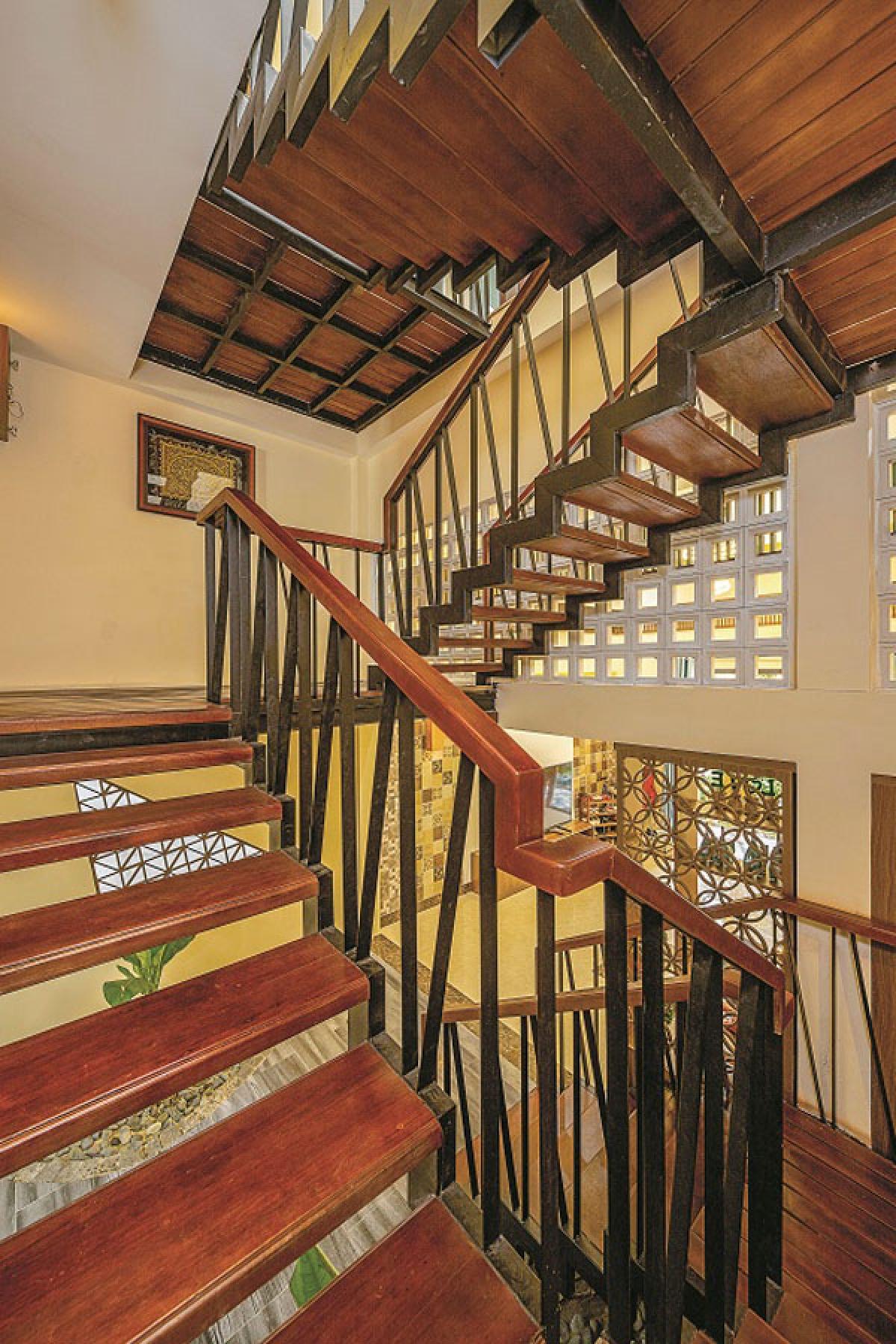 Cầu thang bê tông cũ được thay bằng cầu thang thép gỗ cho cảm giác thoáng rộng trong thị giác và thuận tiện thông gió. Chất liệu gỗ cho cảm giác gần gũi, ấm áp.