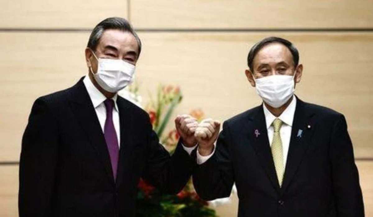 Thủ tướng Nhật Bản Suga Yoshihide tiếp Ngoại trưởng Trung Quốc Vương Nghị. Ảnh: Reuters.