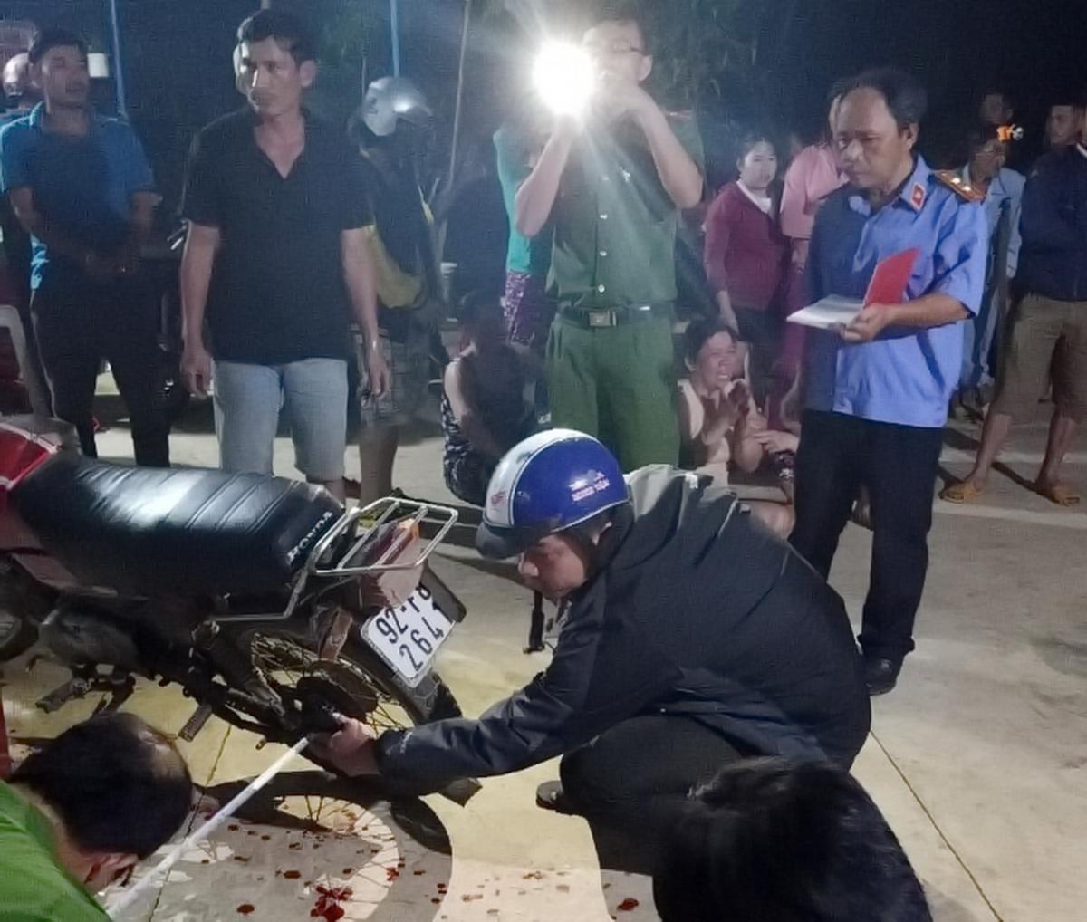 Lực lượng chức năng khám nghiệm hiện trường vụ nổ sung ở xã Trà Dương, huyện Bắc Trà My.