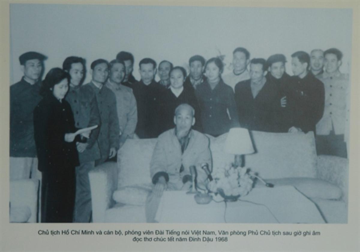 NSND Trần Thị Tuyết và các đồng nghiệp quây quần bên Bác Hồ tại Văn phòng Phủ Chủ tịch sau giờ ghi âm đọc thơ chúc Tết năm Đinh Dậu 1968.