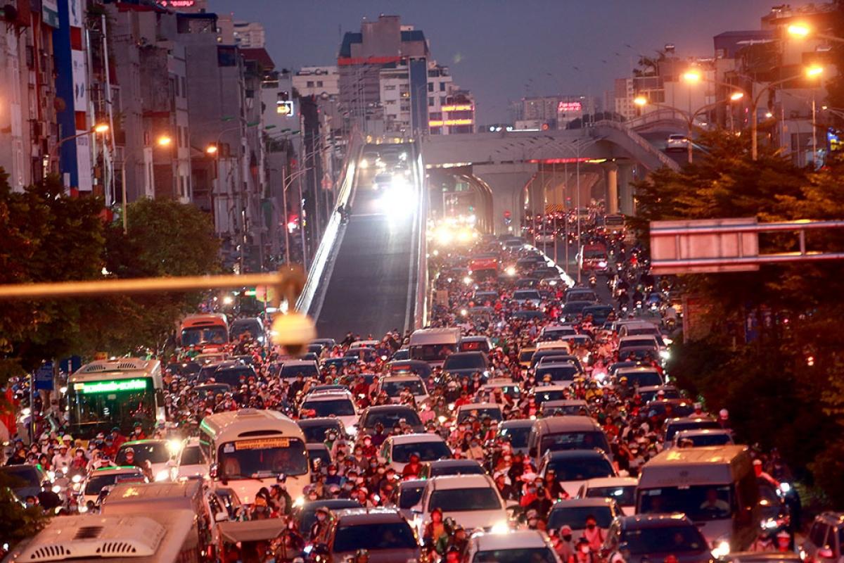 Thông xe đường Vành đai 2 trên cao, đường Trường Chinh tắc thêm từ chiều đến đêm.