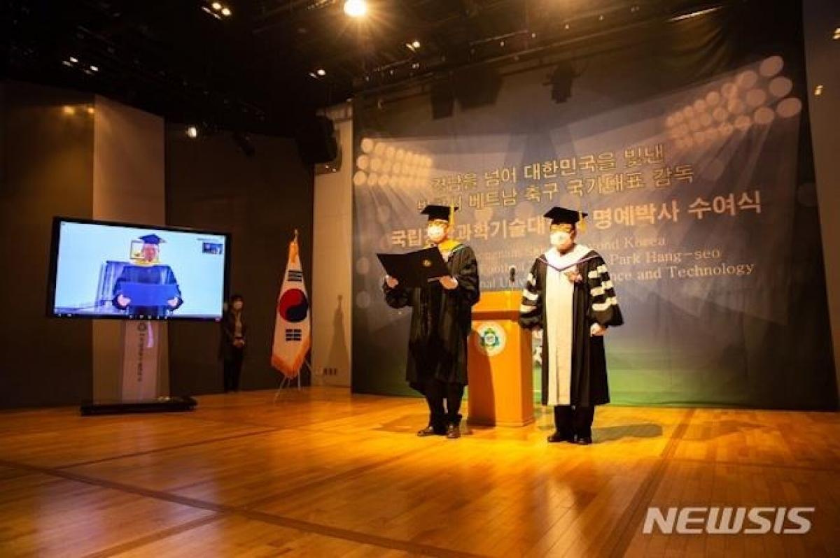 Buổi lễ trao bằng cho HLV Park Hang-seo diễn ra theo hình thức trực tuyến. (Ảnh: NEWSIS)