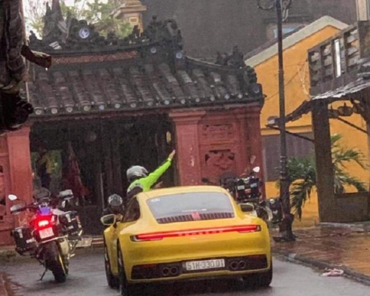 Chiếc ô tô và 2 xe mô tô chạy vào phố dành cho người đi bộ. (Ảnh: Người dân chụp)