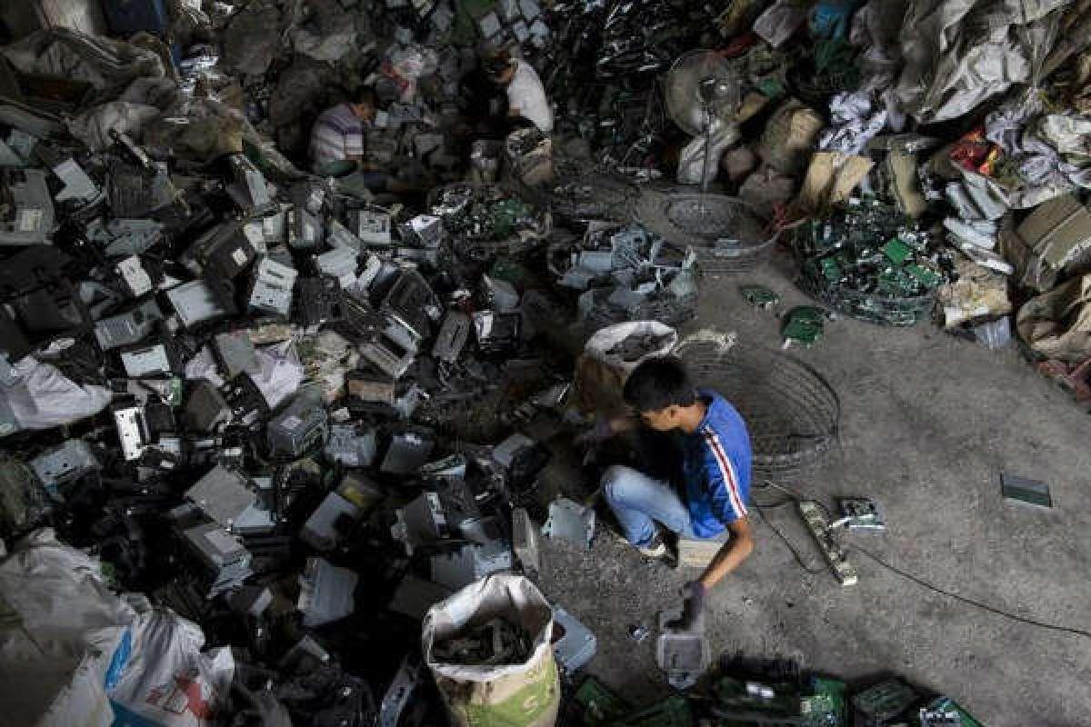 Công nhân tái chế máy nghe nhạc CD tại một phân xưởng ở thị trấn Guiyu, phía Nam tỉnh Quảng Đông, Trung Quốc. Ảnh: Tyrone Siu