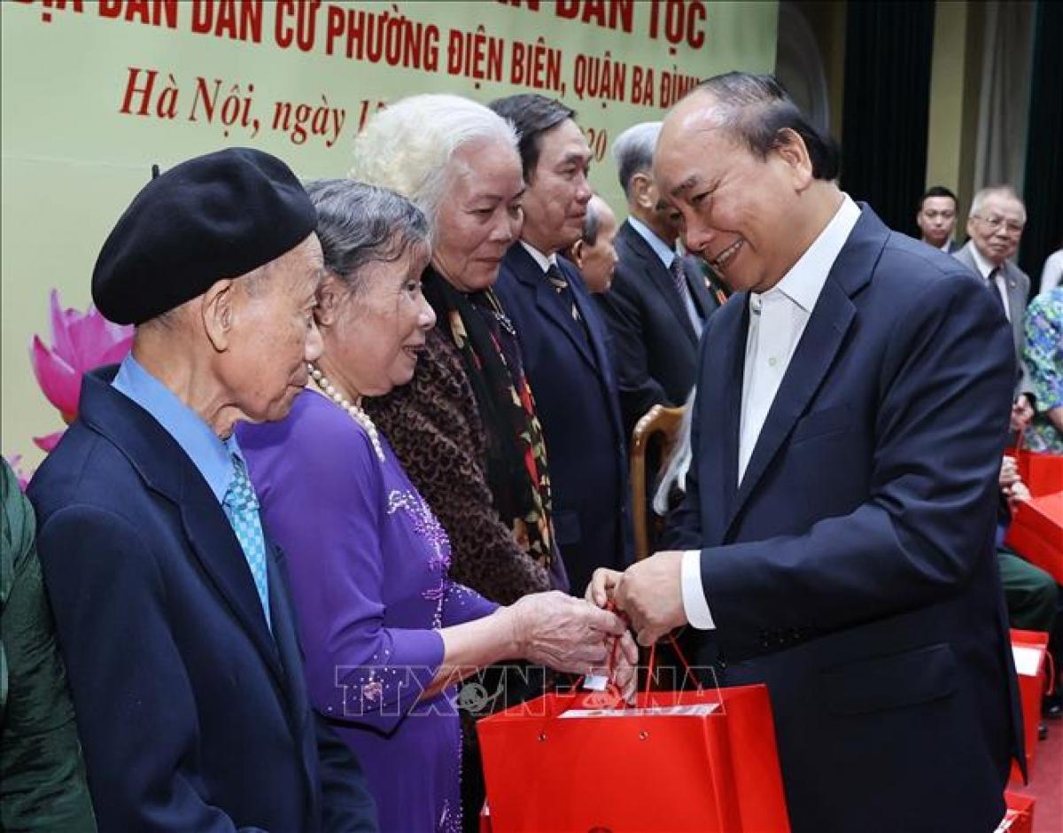 Thủ tướng Nguyễn Xuân Phúc tặng quà cho các cán bộ lão thành cách mạng, cán bộ tiền khởi nghĩa, thương binh, cán bộ bị địch bắt tù đày, người cao tuổi tại địa bàn phường Điện Biên. Ảnh: Thống Nhất/TTXVN