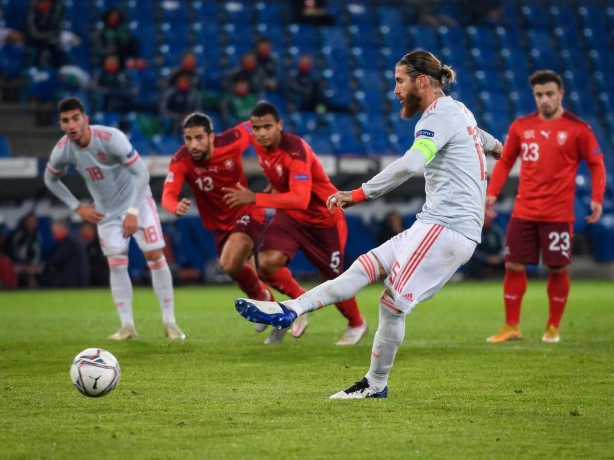 Ramos 2 lần đá hỏng phạt đền trong trận Tây Ban Nha hòa Thụy Sĩ 1-1. (Ảnh: Getty).