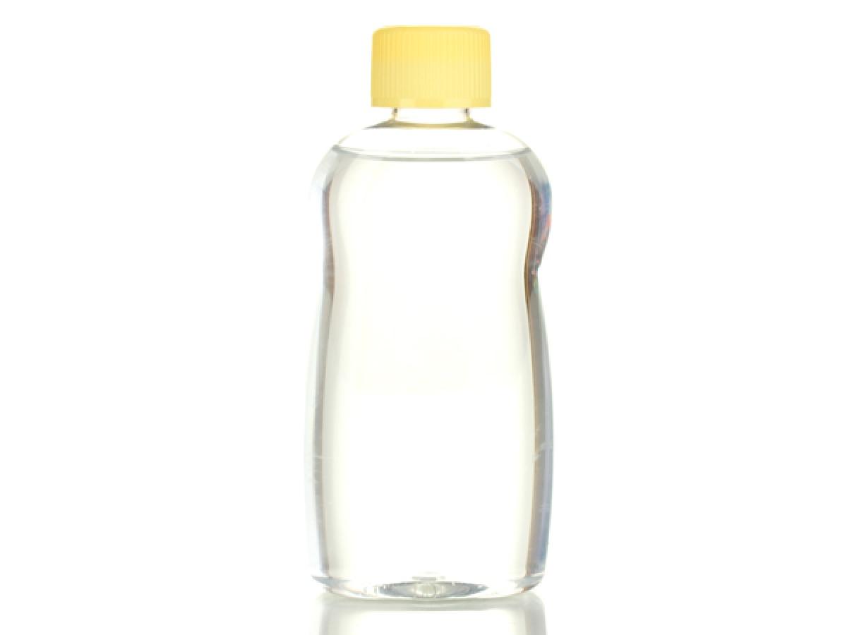 Dầu em bé: Dầu em bé, hay baby oil, là một loại dầu khoáng an toàn và hiệu quả để làm mềm ráy tai. Bạn chỉ cần nhỏ một vài giọt dầu vào tai, để trong vòng 5 - 7 phút rồi nghiêng đầu để dầu chảy ra. Khi đó, ráy tai đã mềm và bạn có thể dễ dàng làm sạch tai.