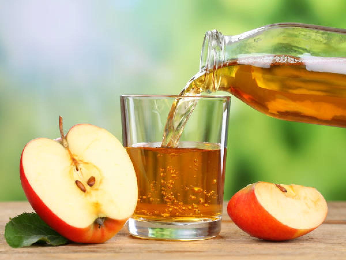 Giấm táo: Giấm táo cũng là một cách đơn giản để làm sạch ráy tai. Hãy hòa giấm táo với nước ấm theo tỉ lệ 1:1, nhỏ vài giọt hỗn hợp vào tai, giữ trong vòng vài phút rồi nghiêng đầu để hỗn hợp chảy ra ngoài.